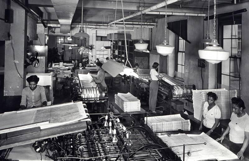 1944-women-work-in-map-folding-room