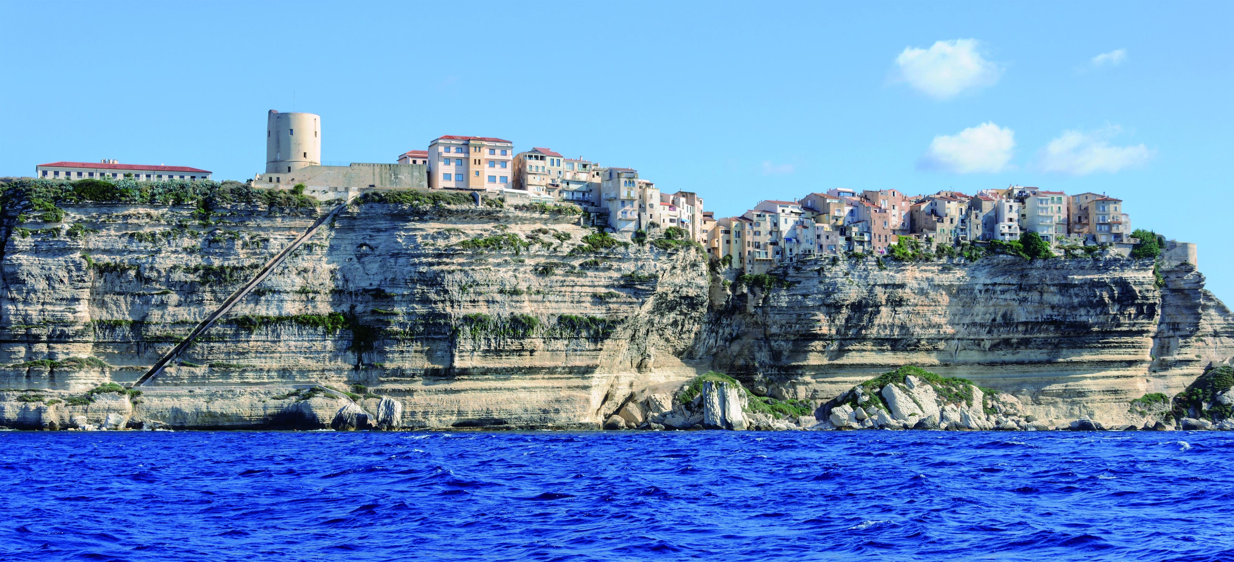 Les falaises de Bonifacio avec l'escalier du roi d'Aragon (Haute-Corse, France)