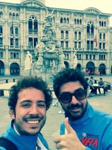 Il selfie di rito in piazza dell'Unità d'Italia