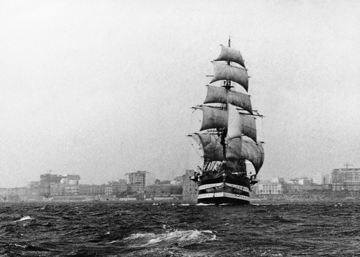L'Amerigo Vespucci esce sotto il comando di Straulino a vela dal porto pugliese. Un'impresa rimasta negli annali.