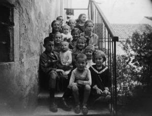 Sulle scale di casa assieme a fratelli e cugini.