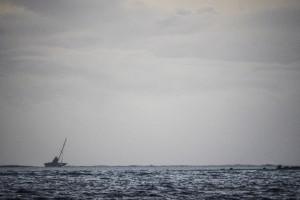Team Vestas Wind spiaggiata sul reef corallino. Foto di Amory Ross / Team Alvimedica / Volvo Ocean Race