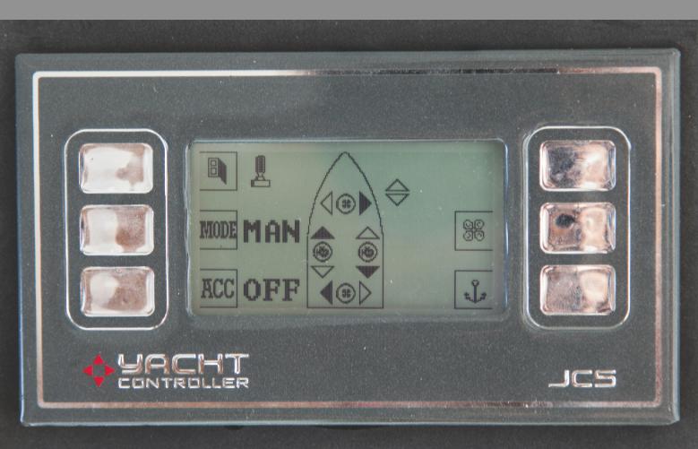 JCS è inoltre l'unico  ad essere dotato di un pannello di controllo  con schermo LCD, visibile anche alla luce del sole, che permette, grazie ad un pratico disegno dell'imbarcazione con indicati i motori e le eliche, di comprendere che cosa si sta esattamente attivando.