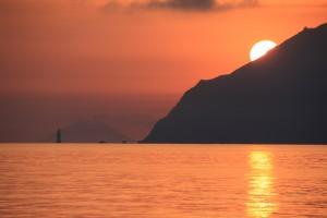 11 alba ad alicudi sullo sfondo filicudi-la canna e stromboli