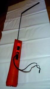 La radio di emergenza creata da Rizzi dopo il naufragio in Atlantico del 1993: il triestino sfruttò dei cerotti che aveva sulla zattera di salvataggio e il cavo della lampadina del giubbotto salvagente per creare un ponte radio con batterie non compatibili con il dispositivo, riuscendo a intercettare un aereo di linea.