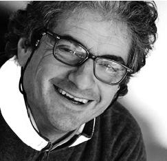 Maurizio Cossutti è nato a Udine nel 1958: ingegnere navale, ha progettato tante barche di successo, tra cui il Vismara 34, l'M37 e l'NM38 due volte campioni del mondo ORC.