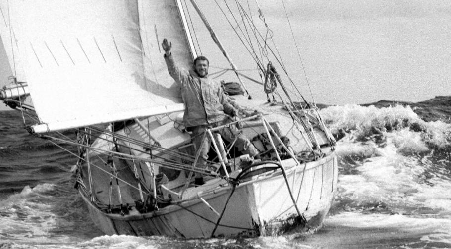 Il primo uomo intorno al mondo (da solo e senza scali) Robin Knox-Johnston ritratto all'arrivo del mitico Golden Globe 1968/69 a bordo del Suhaili, una ketch autocostruito in legno di soli 32 piedi: a 28 anni, diventò il primo uomo ad aver circumnavigato il globo in solitario e senza scalo, conquistando la fama in patria e all'estero. Passano gli anni e il lupo perde il pelo ma non il vizio: nel 1994 vince il Trofeo Jules Verne (giro del mondo più veloce senza scalo) sul catamarano Enza assieme a Peter Blake, nel 2007 a 68 anni si fa un altro giro del mondo in solitario. L'anno scorso, a 75 anni, è arrivato terzo alla Route du Rhum. Mito.