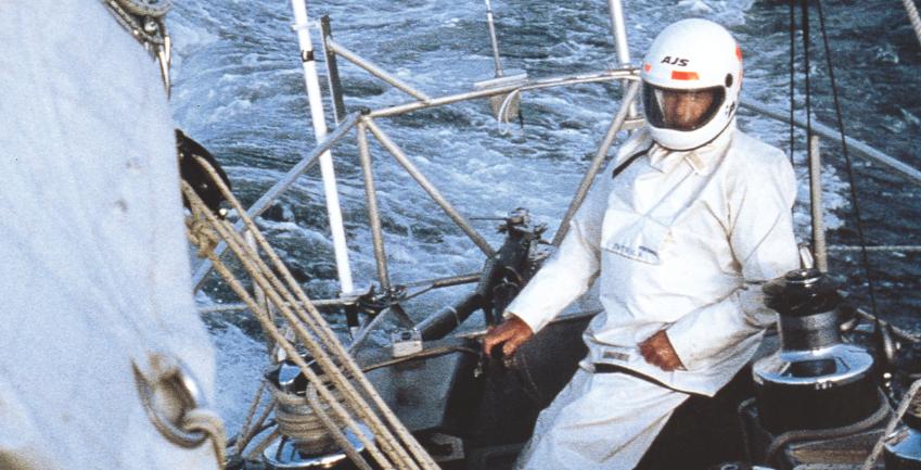 """Il Bretone era sempre un passo avanti agli altri Non è un astronauta, ma il grande Eric Tabarly a bordo del """"trimarano volante"""" PaulRicard, nel 1980. """"La barca è il solo campo che mi seduce, che alimenta le mie idee innovatrici e quindi i miei progetti. Tutto ciò che può far aumentare la velocità e migliorare le prestazioni di una barca a vela su qualsiasi mare o con ogni tipo di vento, mi appassiona"""", disse. Eric il Bretone è stato un grande navigatore, testimonial della vela (il presidente francese De Gaulle si congratulò con lui per """"aver fatto conoscere la vela ai francesi"""") e un altrettanto grande innovatore, sempre un passo avanti. Con il Pen Duick II vince la Ostar, nel 1967 si inventa la goletta in alluminio Pen Duick III e vince Fastnet e Sydney-Hobart, poi  il trimarano del 1968 (con cui Colas vinse nel 1972 la Ostar) e la barca a zavorra mobile alla Transpac.E la lista potrebbe continuare..."""