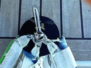 Il particolare della penna del gennaker: rotella e legature per far lavorare il grillo sui rinforzi della vela e non sulla rotella di plastica.