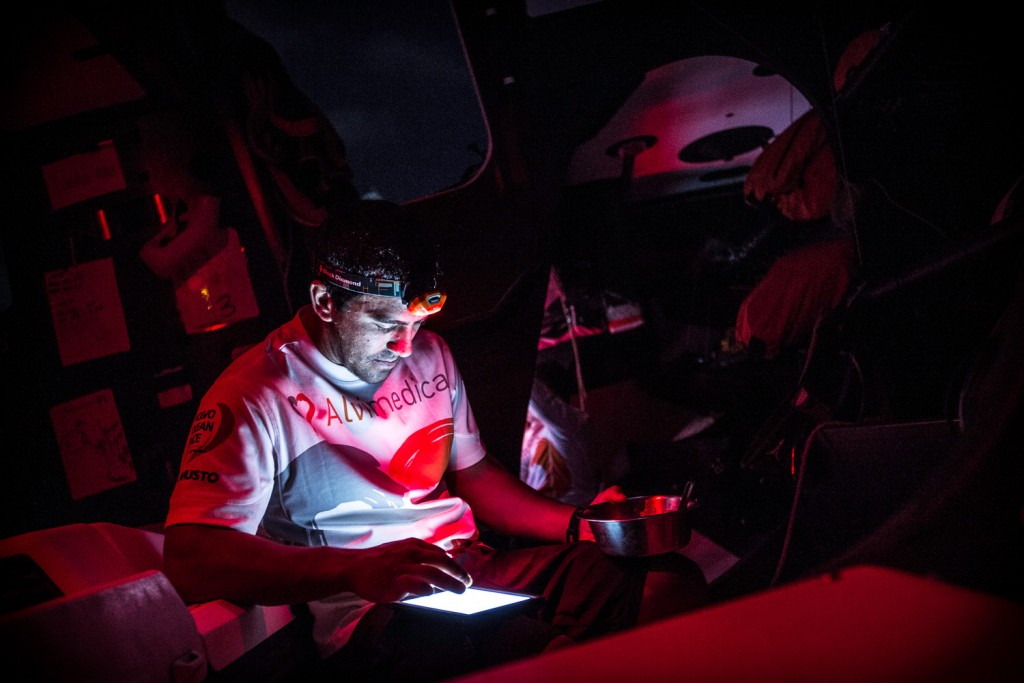 course-au-large-vo65-volvo-ocean-race-2014-leg03-team-alvimedica-amory-ross-265
