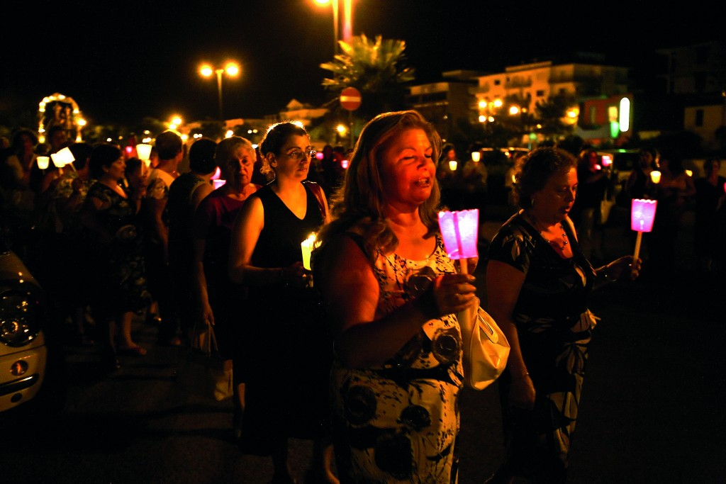 Cirò Marina, processione della Madonna del Carmelo dove ci sono le donne del paese