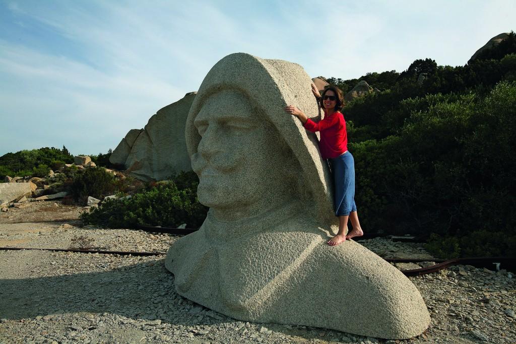 Il grande busto in pietra di Costanzo Ciano sull'isola di Santo Stefano