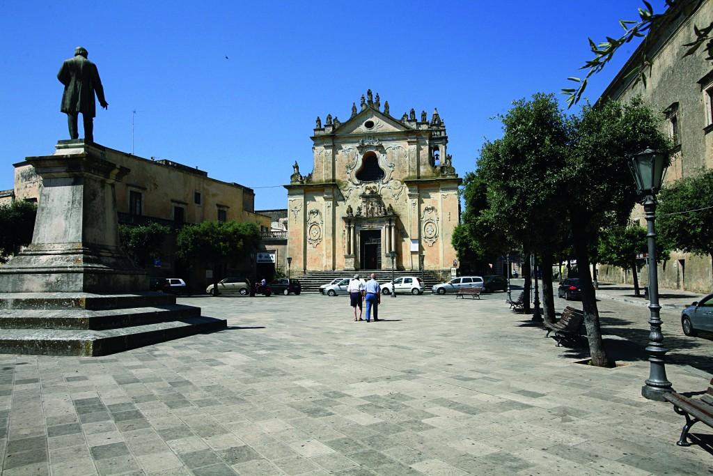 La facciata della secentesca chiesa di San Domenico nella piazza principale di Tricase