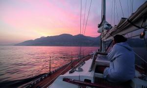 Scende il tramonto mentre Blue Gal si avvicina alla Costiera Amalfitana
