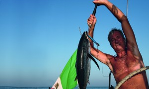 Giovanni Porzio mostra una preda pescata sul Blue Gal