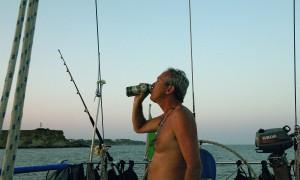 Giovanni Porzio si concede una birra all'ancora