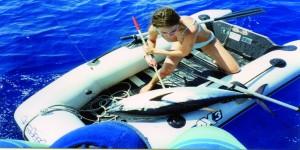 A lezione di pesca, con l'aiuto del tender
