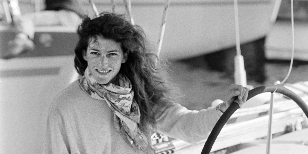 La navigatrice Florence Arthaud pose à bord de son trimaran Energie et communication, le 06 novembre 1986 à Saint-Malo, avant le départ de la troisième édition de la Route du Rhum.