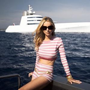 """Aleksandra Melnichenko davanti allo yacht """"A"""" del marito Andrey"""