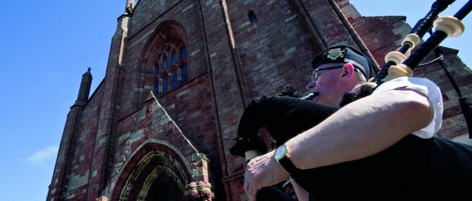 Concerto di cornamuse sul sagrato della cattedrale di Kirkwall