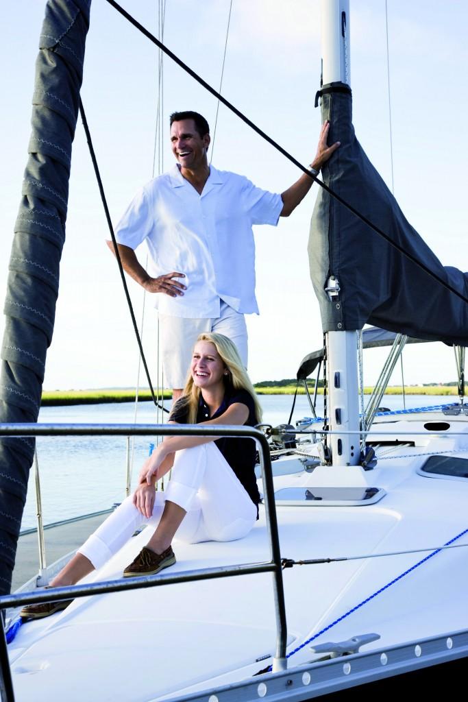 La gamma di prodotti Tempotest Marine si adatta a ogni tipo di imbarcazione vela e motore e per ogni applicazione, come la copertura delle vele a sinistra. Si usa un materiale impermeabile e traspirante che evita il formarsi di muffe e protegge dai raggi ultravioletti.