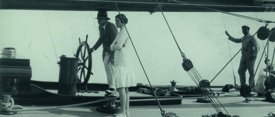 Un'inusuale ospite femminile a bordo di Vanitie nella Coppa America del 1920. Lei in gonna plissettata e golf di cotone, lui con giacca monopetto di tweed e cappello a falda larga.
