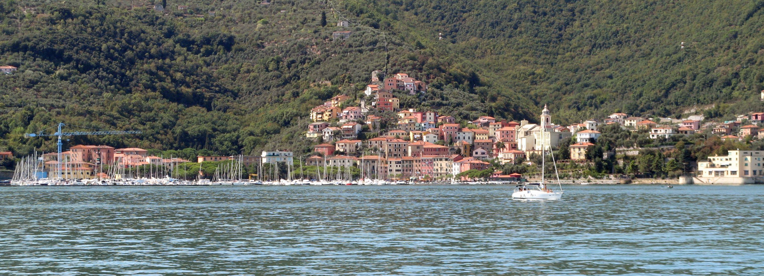 Fezzano,_Marina_di_(La_Spezia)_red_houses-1
