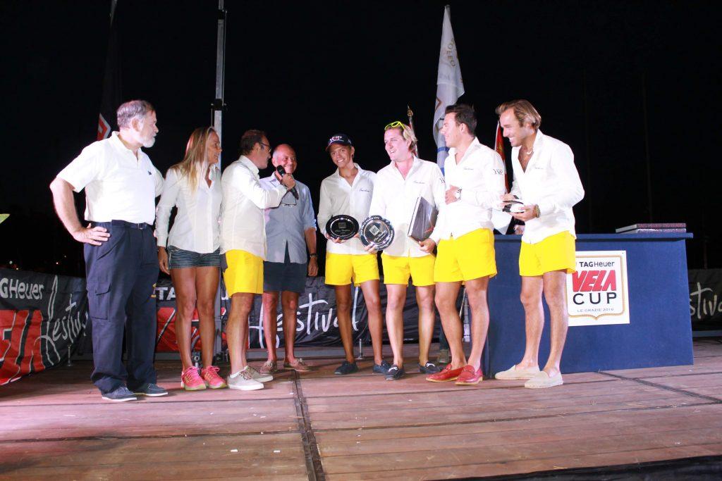 L'equipaggio di Emotions vincitore Overall della TAG Heuer VELA Cup