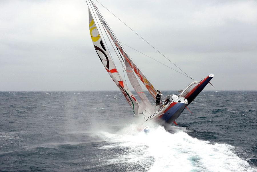 Thomas Coville ha cercato , nel 2011, di battere il record del Trofeo Jules Verne con il maxi trimarano Sodebo, mancandolo di poco. Proprio alla partenza ha rischiato di scuffiare, ingavonando violentemente il suo gigante a poche miglia dalla Francia.