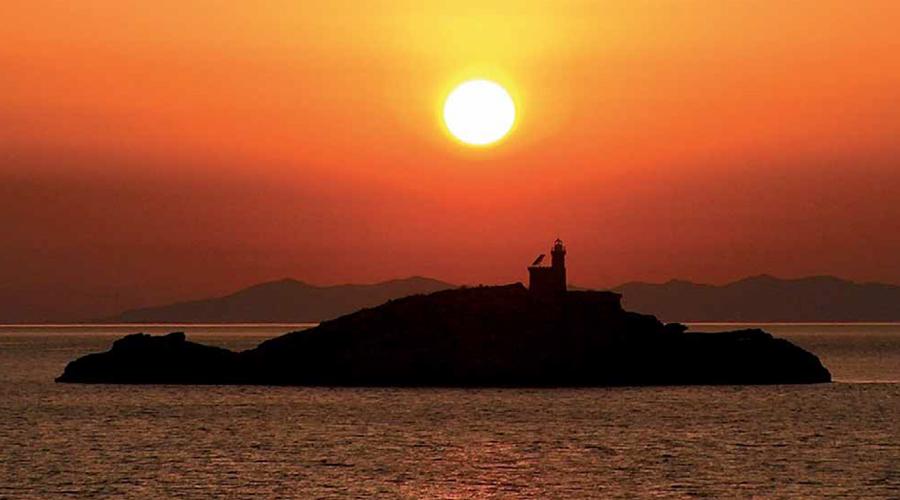Il tramonto sullo Scoglietto di Portoferraio.